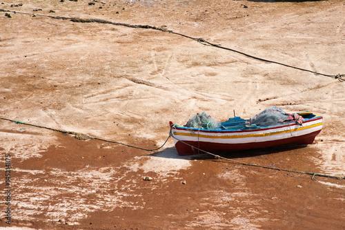 Staande foto Tunesië Fischerboot im Trockenen