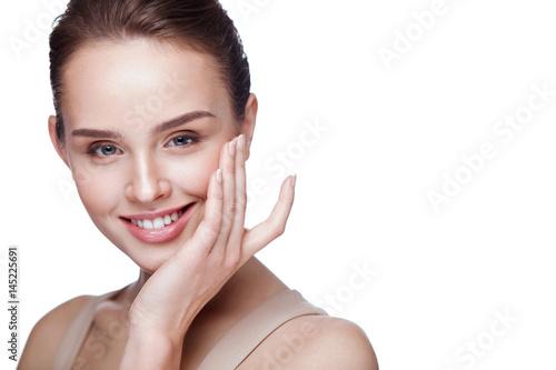 Plakat Uroda makijaż. Piękna dziewczyna z miękką skórą i makijaż na twarzy