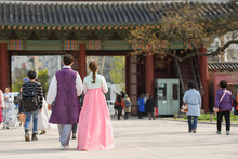 Couple In Traditional Korean W...