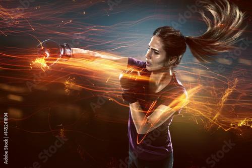 Deurstickers Vechtsport Frau trainiert Selbstverteidigung