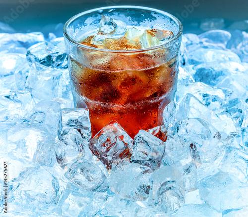 Plakat szklankę z napojem