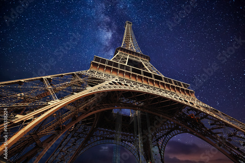 Ingelijste posters Eiffeltoren The Eiffel Tower at night in Paris, France
