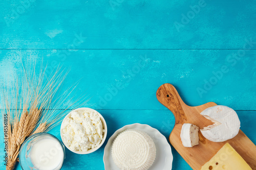 Poster Zuivelproducten Milk and cheese, dairy products on wooden blue background. Jewish holiday Shavuot concept. View from above