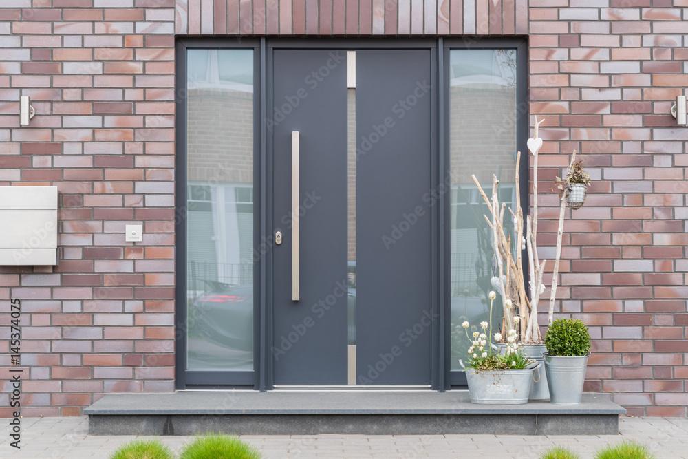Fototapeta Moderne Haustür in anthrazit mit Fensterscheiben