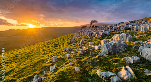 Photo  Dramatic sunset at Twistleton Scar in the Yorkshire Dales National Park with moody clouds
