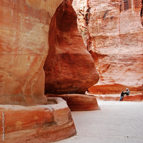 Foto op Aluminium Koraal Red sandstone walls of the Siq in Petra, Giordania