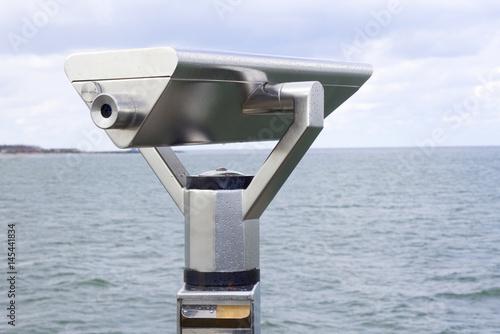 Fotografering  Ein Fernrohr ist auf das weite Meer gerichtet