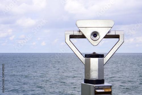 Fotografering  Ein Münzfernrohr ist auf das weite Meer gerichtet