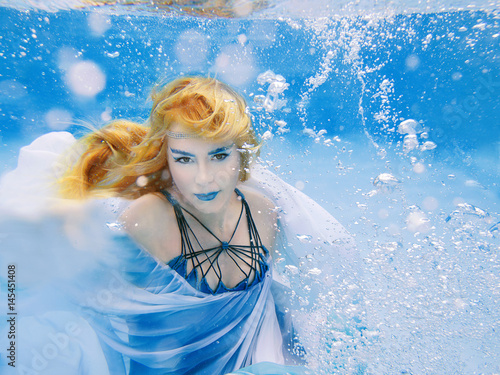 Plakat Podwodny moda portret piękna blondynki młoda kobieta w błękit sukni
