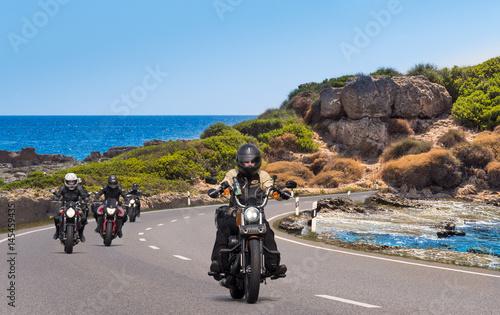 Zdjęcie XXL Motocyklista rowerzysta na plaży, przy nadmorskiej drodze