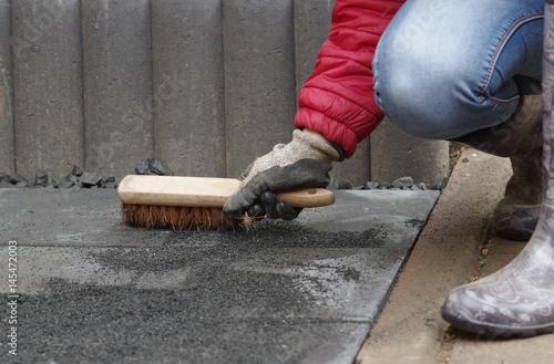 Gehwegplatten verlegen im Garten – kaufen Sie dieses Foto und finden ...