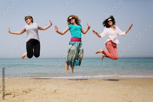 Fotografia  Portrait of three 40 years old women on seaside