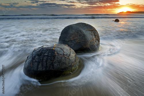 Fotografia A pair of moeraki boulders in New Zealand.