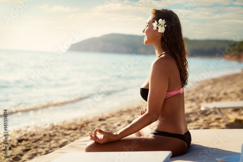 Leinwand Poster  Girl Meditating On The Beach