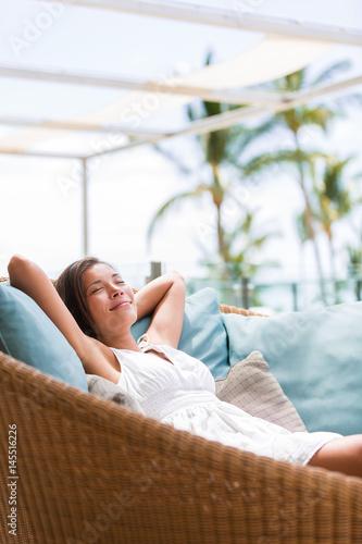 Photo  Luxury hotel lifestyle woman relaxing sleeping enjoying luxury sofa on outdoor patio living room