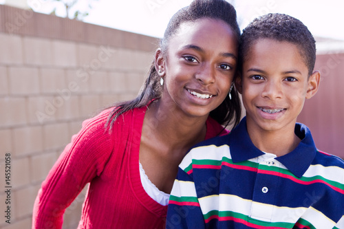 Photo Happy African American brother and sister smiling.