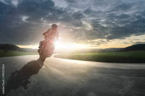 Zdjęcie XXL Motocykl jedzie przez zakręt