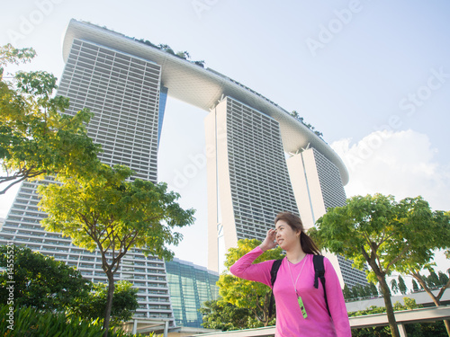 Photo  Smiling Beautiful Young Asian - Chinese Woman Traveling to Marina Bay Sands, Sin