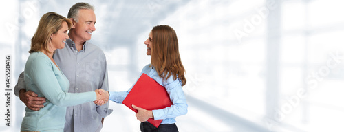 Fotografía  Senior couple with estate agent
