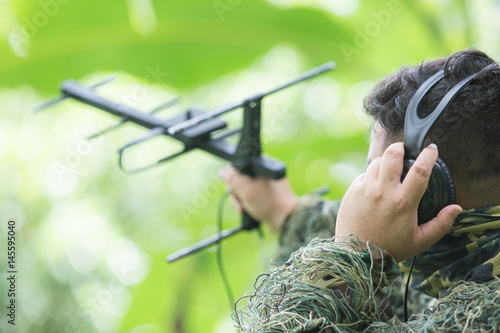 Photo  rnithologist take antenna and earphone for tracking animal movement in forest fo