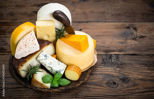 Fotobehang Zuivelproducten Various types of cheese on the wooden table