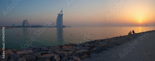 Fotomural  DUBAI, UAE - MARCH 30, 2017: The evening skyline with the Burj al Arab and Jumeirah Beach Hotels