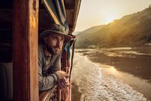Mann Im Holzboot Blickt In Die...