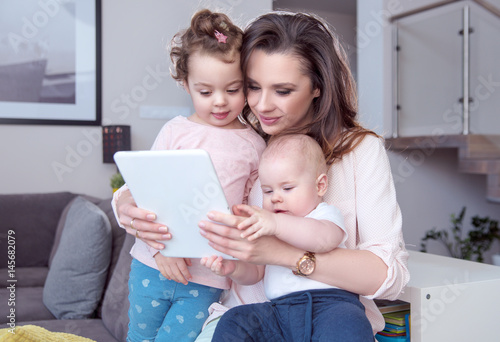 Printed kitchen splashbacks Artist KB Portrait of a mom with children using a tablet
