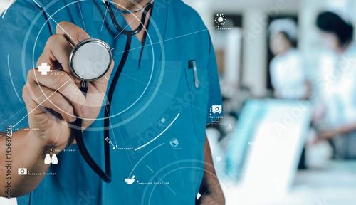 Plakat Opieki zdrowotnej i medycyny pojęcie. Medyczny lekarz medycyny pracuje z stetoskopem przy nowożytnym szpitalem