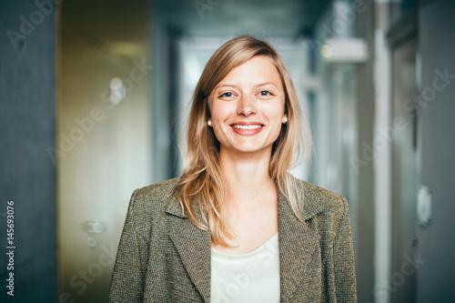 Fotografie, Obraz  Business-Portrait von blonder, lächelnder Frau