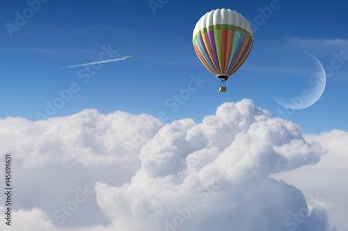 kolorowy-balon-latajacy-nad-chmurami