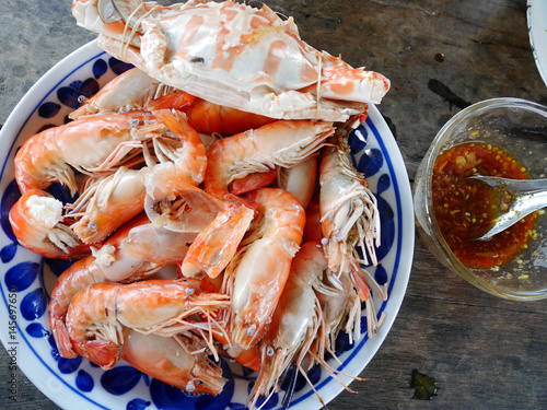 Fotobehang Schaaldieren Steamed Flower crab or Blue crabs and shrimp or prawn with spicy seafood sauce