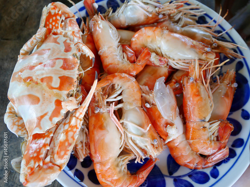 Staande foto Schaaldieren Steamed Flower crab or Blue crabs and shrimp or prawn with spicy seafood sauce