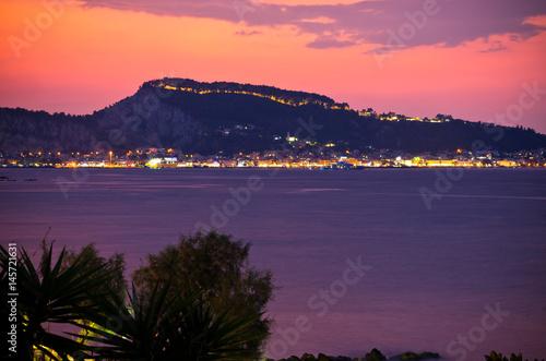 widok-na-miasto-zakynthos-podczas-zmierzchu-grecja