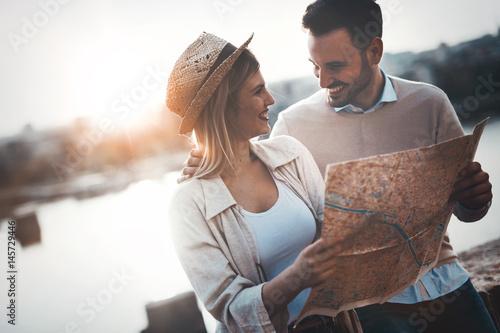 Plakat Piękna para podróżująca i zwiedzająca