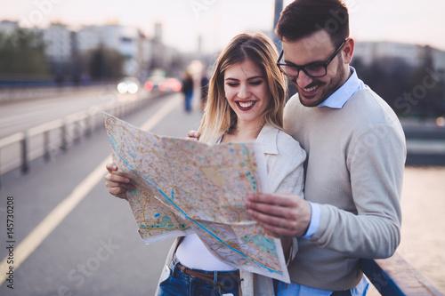 Plakat Szczęśliwi turyści podróżuje i ono uśmiecha się