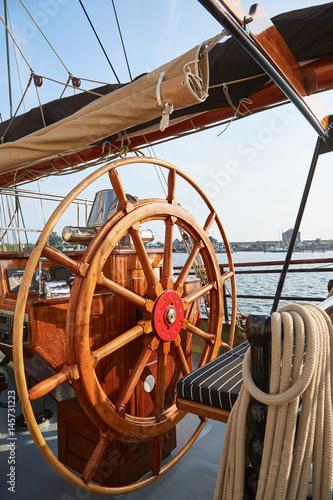 Staande foto Zeilen Steuerrad eines Segelschiffes