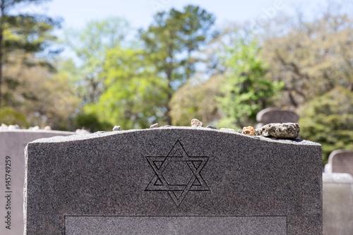 Zdjęcie XXL Nagrobek na cmentarzu żydowskim z gwiazdą Dawida i kamieniami pamięci