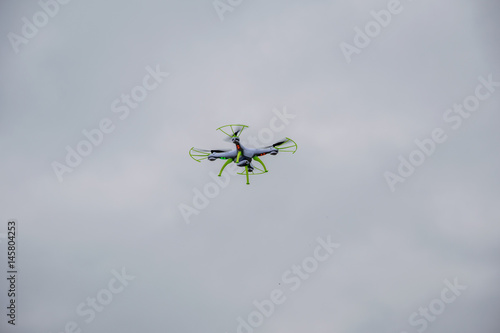 Photo white droid flying with a cloudy background