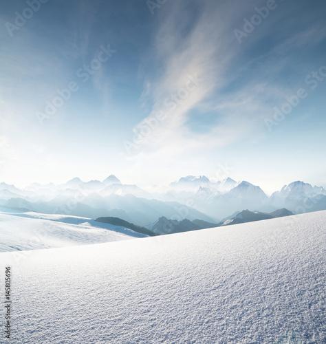 Wysokie pasmo górskie w godzinach porannych. Piękny naturalny krajobraz