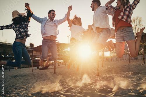 Zdjęcie XXL Grupa szczęśliwi młodzi ludzie cieszy się wakacje