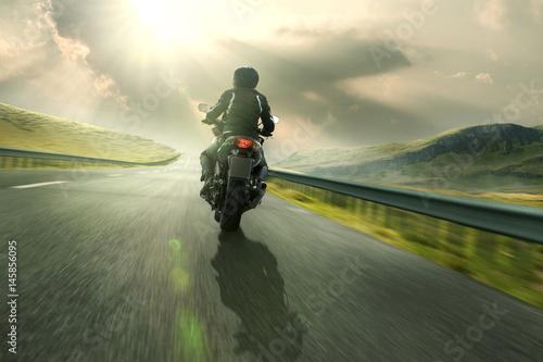 Zdjęcie XXL Motocykl na wiejskiej drodze