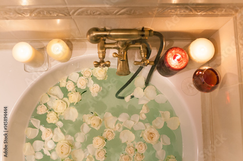 Photographie Take a bath with rose petals and candles