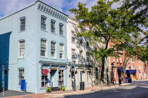 Photo Traditional Brick Buildings with Shops and Restaurats in Old Town Alexandria, VA