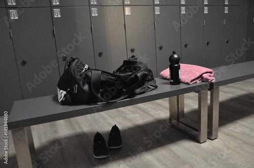 Fototapeta  Sportartikel im Umkleideraum eines Fitnesstudios