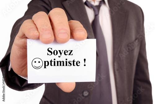 Photo  Homme tenant une carte avec soyez optimiste écrit dessus