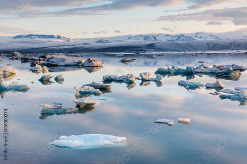 Foto op Aluminium Poolcirkel Die Gletscherlagune Jökulsárlón auf Island im Morgenlicht