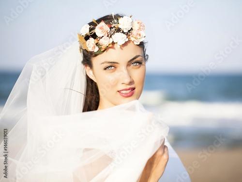 Fotografie, Obraz  Novia con corona de flores