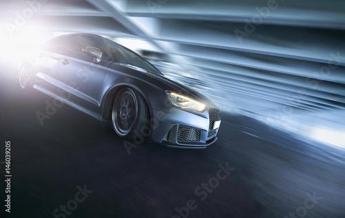 schnelles Auto fährt durch Tunnel