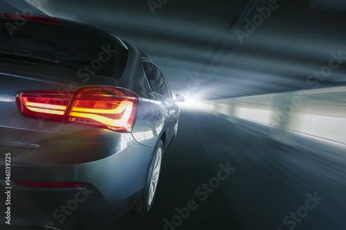 Plakat szybki samochód z tyłu w tunelu